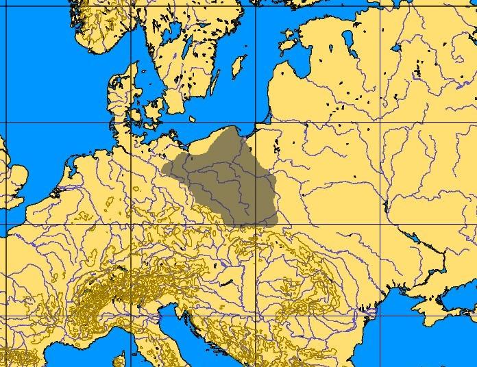 b.Kultura chojnicko- pieńkowska (obrazek kultura chojnicko-pieńkowska) Stopniowa poprawa warunków klimatycznych doprowadziła około VII i VI tysiąclecia p.n.e. do rozprzestrzeniania się ciepłolubnych lasów mieszanych, strefa tundry wycofała się na północny skraj Europy. Za ustępującą tundrą i reniferem podążyła tylko część grup ludzkich. Pozostała na miejscu ludność musiała przystosować się do bytowania w lasach holoceński i wspólnie z nowymi przybyszami utworzyła pierwsze kultury o odmiennym sposobie gospodarowania. Ludność ta zajmowała się polowaniem na zwierzęta zamieszkujące lasy między innymi jelenie sarny i dziki. Wzrosła też rola Rybołówstwa oraz zbieractwa (gł. orzechy laskowe). W rejonie ujścia Wisły odkryto nieliczne pozostałości bytowania ludności mezolitycznej w postaci pojedynczych narzędzi krzemiennych głównie na piaszczystych terenach - w okolicy Sztumu i Dzierzgonia oraz na wschód od Pasłęka. Przykładem bardziej stałego osadnictwa jest odkryte obozowisko Kultury chojnicko-pieńkowskiej w miejscowości Stare Miasto (gm. Dzierzgoń). W rejonie Elbląskim zarejestrowano pojedyncze narzędzia z tego okresu. Źródło: M. Jagodziński, Osadnictwo w okresie wczesnodziejowym. W: Historia Elbląga T.1, red Stanisław Gierszewski Zdjęcie źródło: www.wikipedia.org