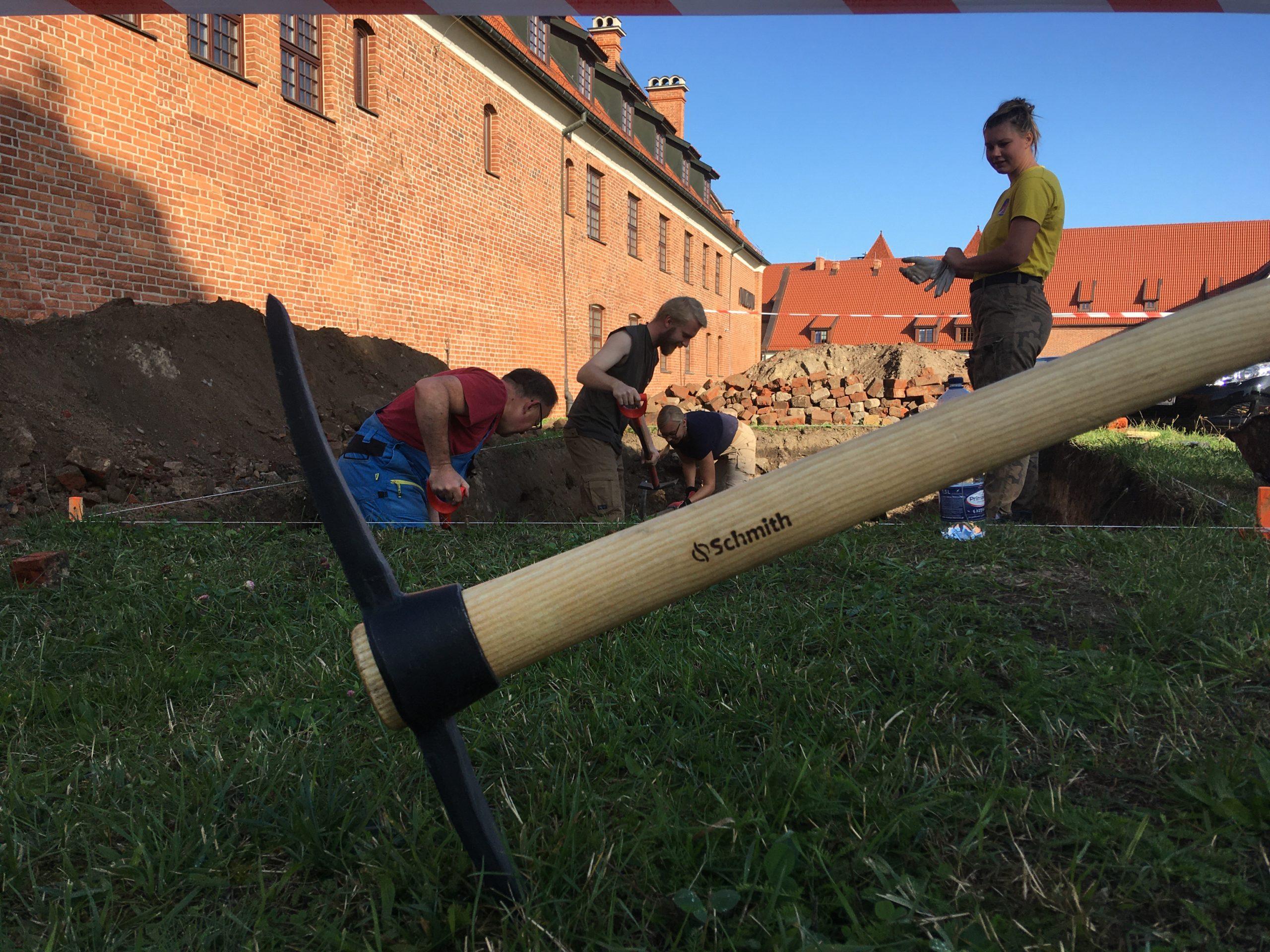 Archeolodzy w trakcie badań poszukiwawczych elbląskiego zamku